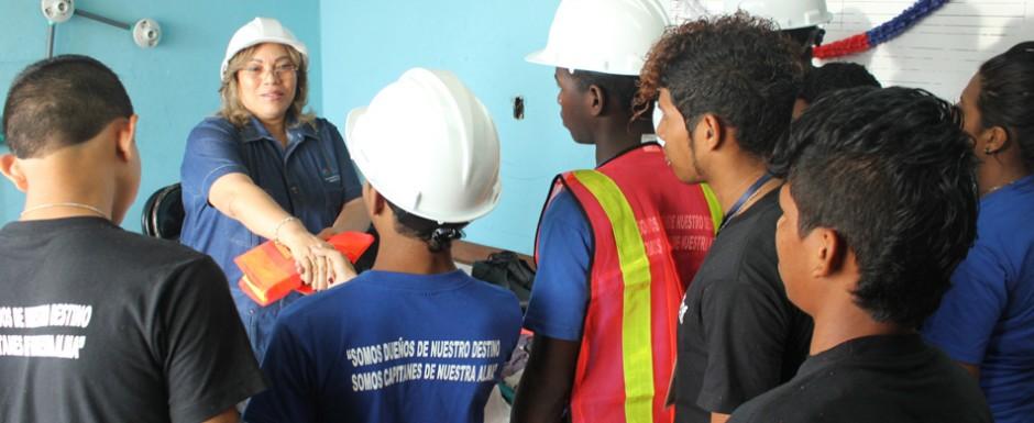 Senniaf equipa a adolescentes que inician práctica profesional de curso de electricidad